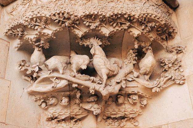 Barcellona spagna dicembre sculture e statue sulla facciata dell'edificio della sagrada familia