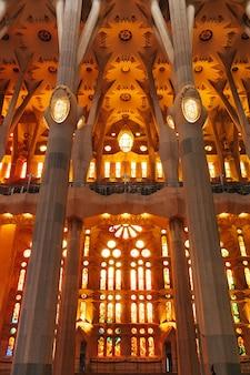 Barcellona spagna dicembre finestre macchiate dall'interno della sagrada familia di barcellona spagna