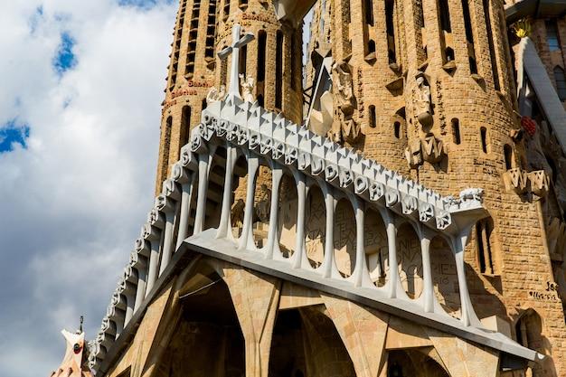 Barcellona, spagna, 20 settembre 2019. la sagrada familia, è un'enorme basilica cattolica romana a barcellona, spagna, progettata da antoni gaudi ed è un sito del patrimonio mondiale dell'unesco.
