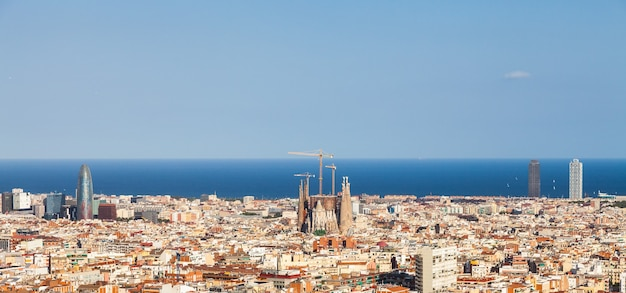 Barcellona, spagna. meraviglioso cielo azzurro durante una giornata di sole sulla città, con vista sulla sagrada familia.