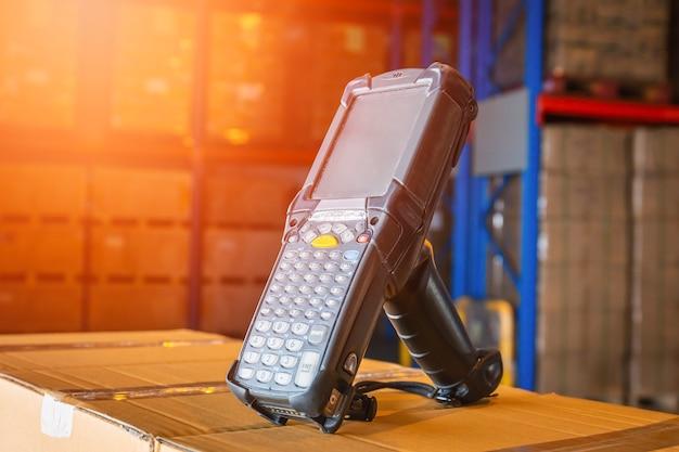 Scanner di codici a barre su scatole di imballaggio in magazzino strumenti di lavoro per computer per inventario di magazzino
