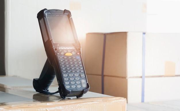 Scanner di codici a barre con scatole per pacchi in magazzino strumenti di lavoro informatici per la gestione dell'inventario