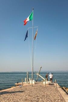 Bardolino, italia 16 settembre 2020: molo di bardolino sul lago di grada in italia durante l'estate