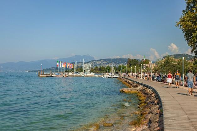 Bardolino, italia 16 settembre 2020: vista panoramica del lago di garda da bardolino