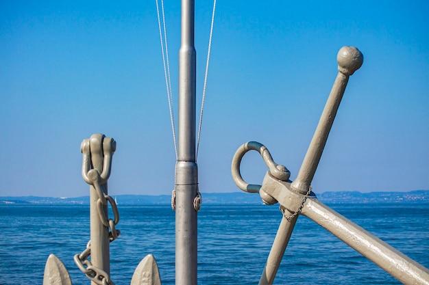 Dettaglio del monumento del molo nautico di bardolino sotto un cielo blu