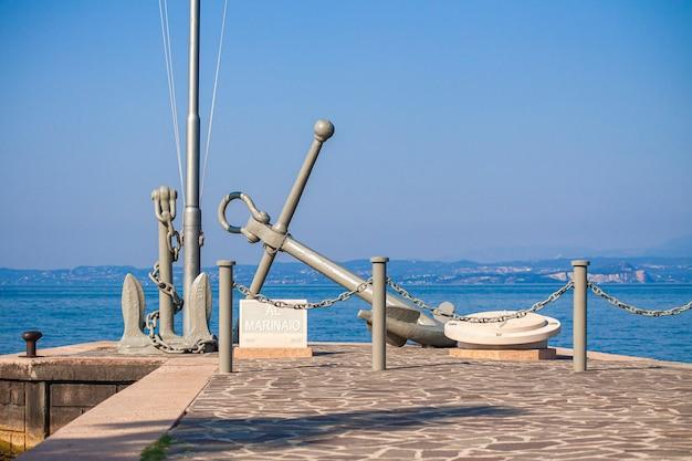 Bardolino pier sul lago di grada in italia durante l'estate