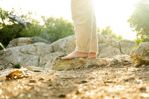 Piedi nudi sulle rocce mediterranee all'ora d'oro