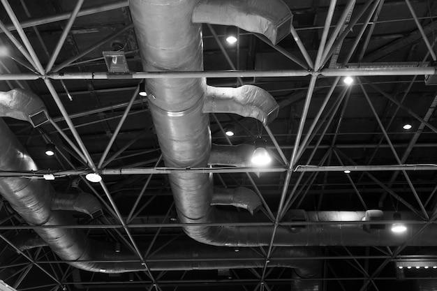 Soffitto a pelle nuda; mostrare la struttura del tetto, il progetto illuminotecnico, l'impianto elettrico e il sistema di aria condizionata