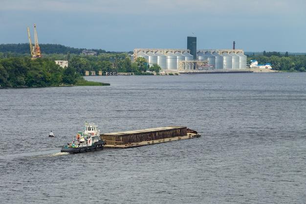 Chiatta galleggiante sul fiume dnepr