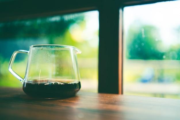 Barista che prepara un filtro per caffè a goccia al mattino, bevanda con aroma di caffè espresso nero fresco, bevanda calda in una tazza di caffè, caffeina marrone sullo sfondo del negozio di bar