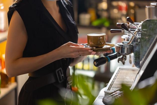 Barista cafe che prepara il concetto di servizio di preparazione del caffè
