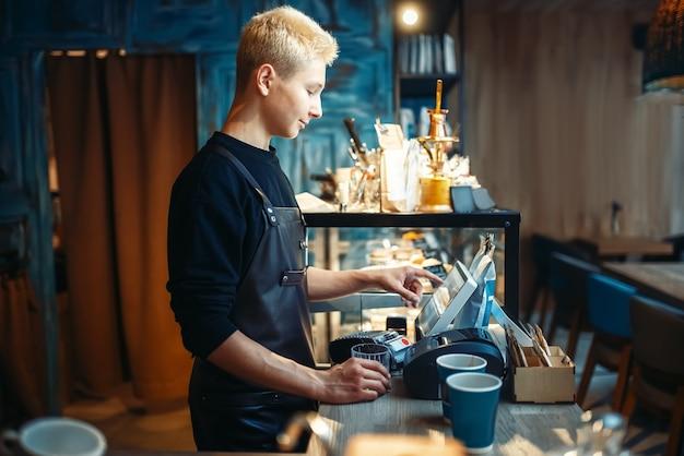 La mano del barista versa la bevanda dalla macchina del caffè