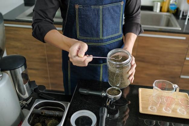 Il barista sta preparando le bevande nella caffetteria.