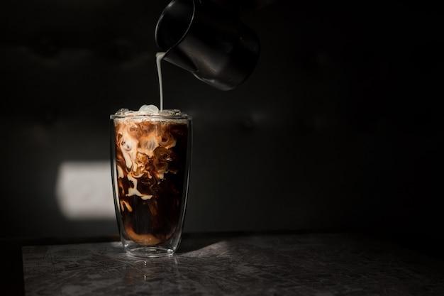 Barista versando il caffè in vetro