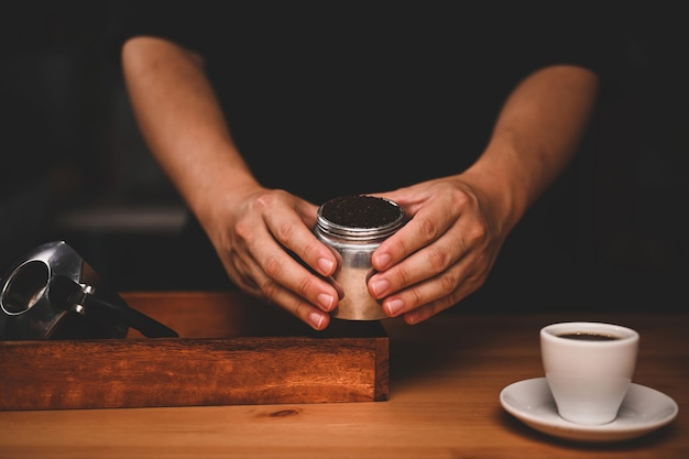 Barista che prepara caffè fresco nella moka.