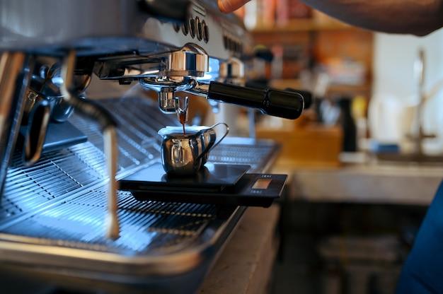 Barista sul posto di lavoro, macchina per il caffè nella caffetteria, nessuno. attrezzature bar per la preparazione del caffè espresso fresco, strumenti professionali per la caffetteria