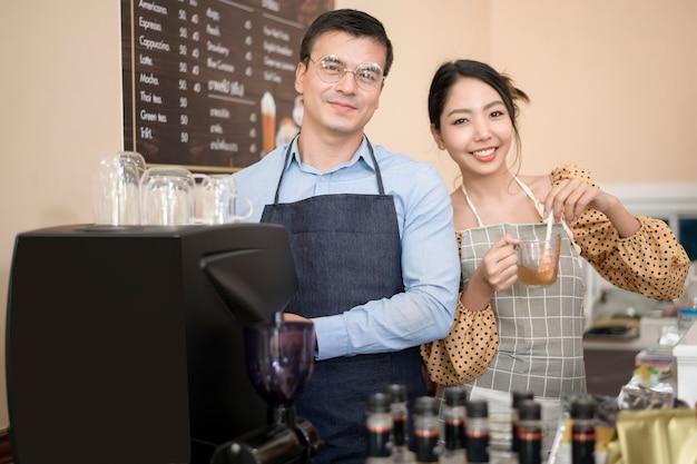 Baristi che preparano e preparano una tazza di caffè nella caffetteria