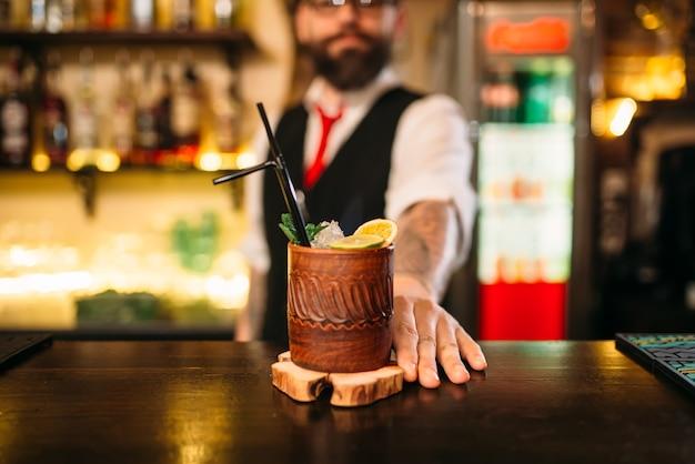 Barista visualizza cocktail alcolici attraente
