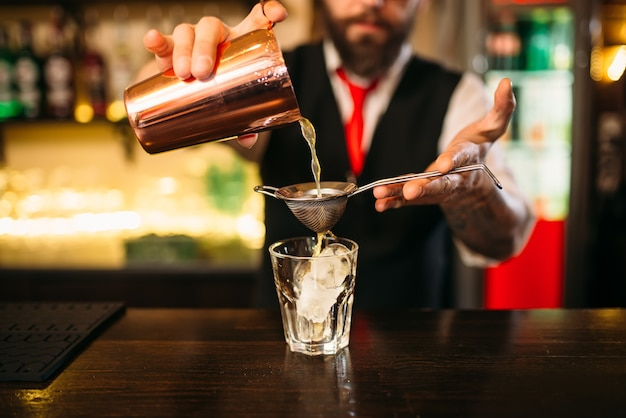 Barman svasato dietro il bancone del bar