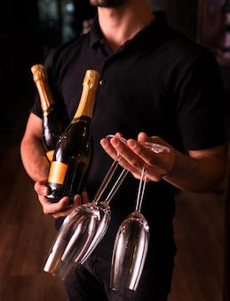 Barman con champagne e bicchieri