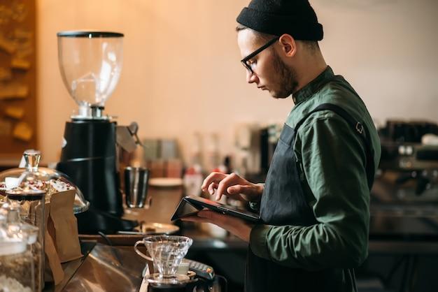 Barman che fa il check-in cafe