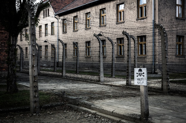 Barrack e recinto di filo spinato, carcere tedesco auschwitz ii, birkenau, polonia. Foto Premium