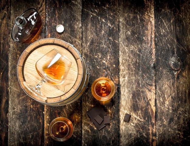 Barile con bicchieri di cognac francese