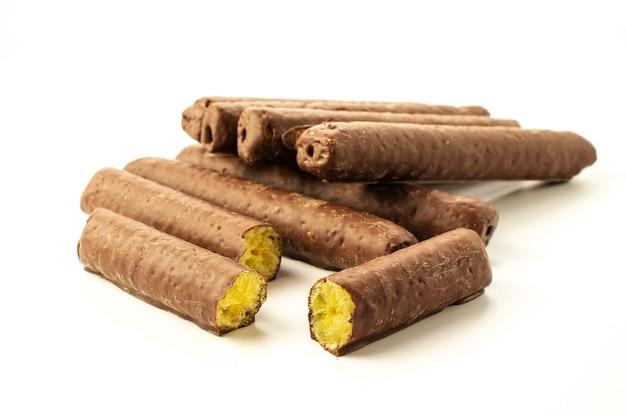 Barrette di mais al cioccolato su fondo bianco in primo piano con ombre isolate