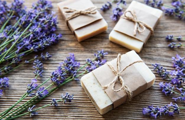 Barre di sapone fatto a mano con fiori di lavanda su legno grunge