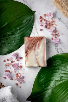 Sapone naturale con estratto di oliva e sale dell'himalaya in tavola