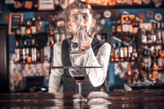Il barista crea un cocktail nella birreria