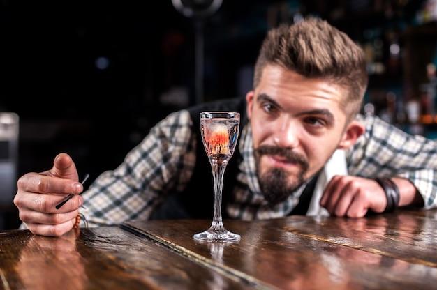Il barista crea un cocktail nella taverna