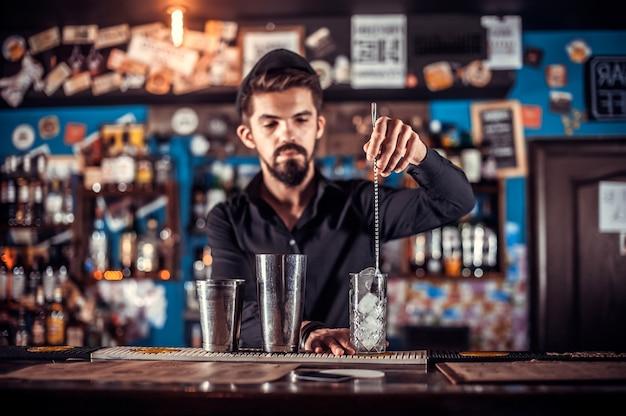 Il barista prepara un cocktail nella birreria
