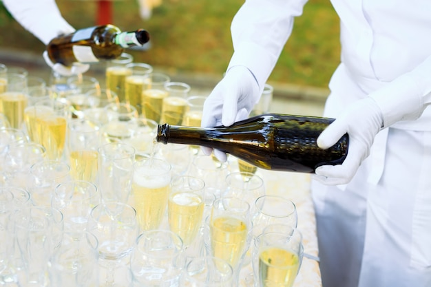 Barista versando champagne nei bicchieri