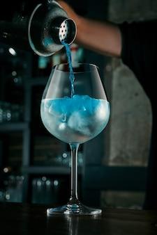 Il barista prepara un cocktail alcolico
