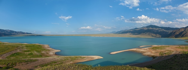 Bartogai diga su un fiume di montagna chilik, kazakistan upcast of water