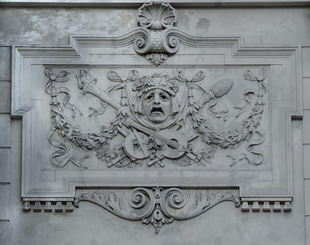 Bassorilievo sulla facciata del teatro dell'opera e del balletto accademico statale di lviv. il teatro è stato costruito nella tradizione classica dell'architettura rinascimentale e barocca (stile neorinascimentale viennese). ucraina.