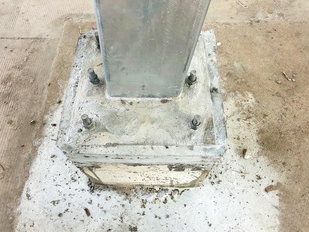 Collegamento della piastra di base prima della stuccatura di una costruzione per tettoia solare