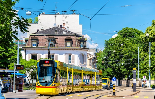 Basilea, svizzera - 10 giugno 2016: tram stadler tango nel centro della città di basilea.