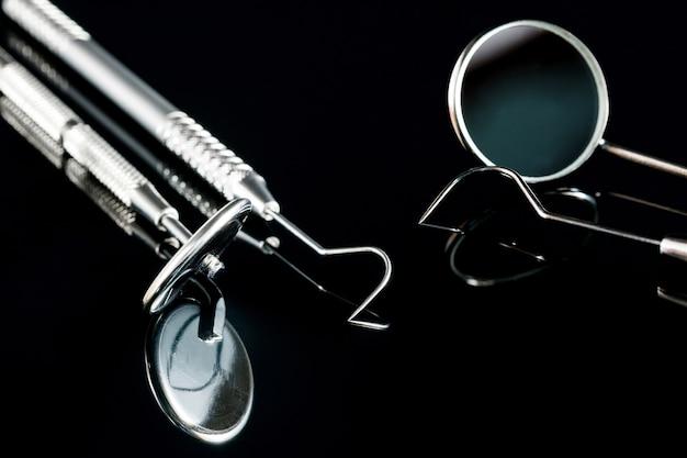 Strumenti di base del dentista sul nero