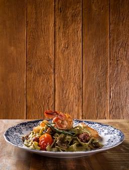 Fettuccine al basilico con frutti di mare, gamberi e pomodoro