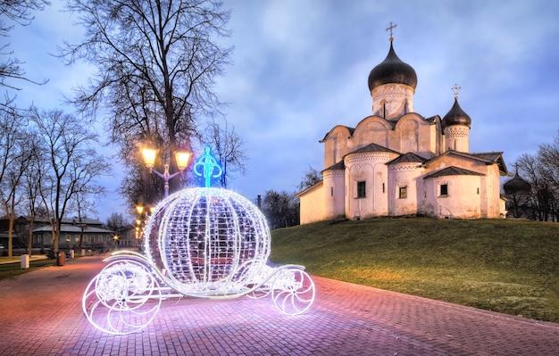 La chiesa di san basilio a gorka a pskov e la carrozza di capodanno nel parco in una mattina di inizio autunno