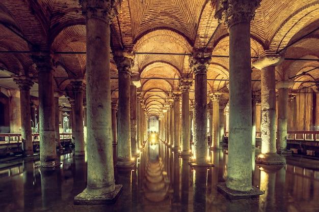 La cisterna della basilica è la più grande cisterna sotterranea antica di istanbul che era usata per immagazzinare