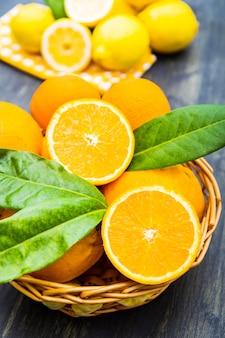 Cestino di limone e arancia freschi