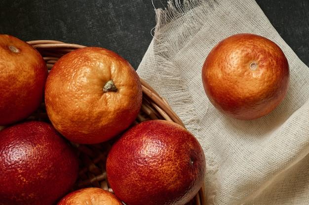 Cesto di arance rosse, vista dall'alto
