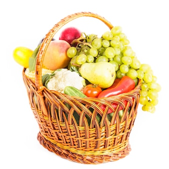 Cesto di frutta e verdura isolato su bianco