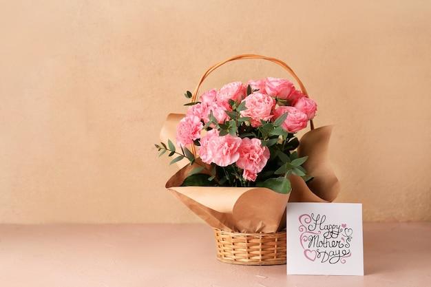 Cesto con bouquet per la festa della mamma in tavola