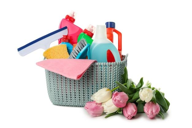Cestino con strumenti di pulizia e tulipani isolati su priorità bassa bianca