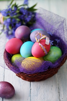 Cesto con uova di pasqua