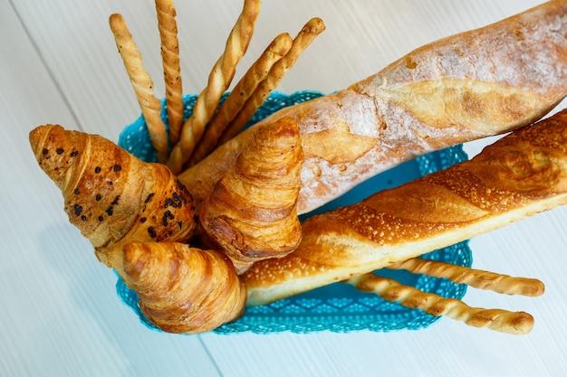 Un cestino con pasticceria fresca, croissant e pane. prodotti da forno integrali, pane senza lievito